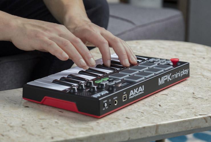 Jaunums: Akai MPK Mini Play MIDI klaviatūra